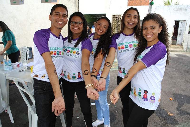 Jovens da Liga Solidária Unimed Fortaleza em ação de voluntariado