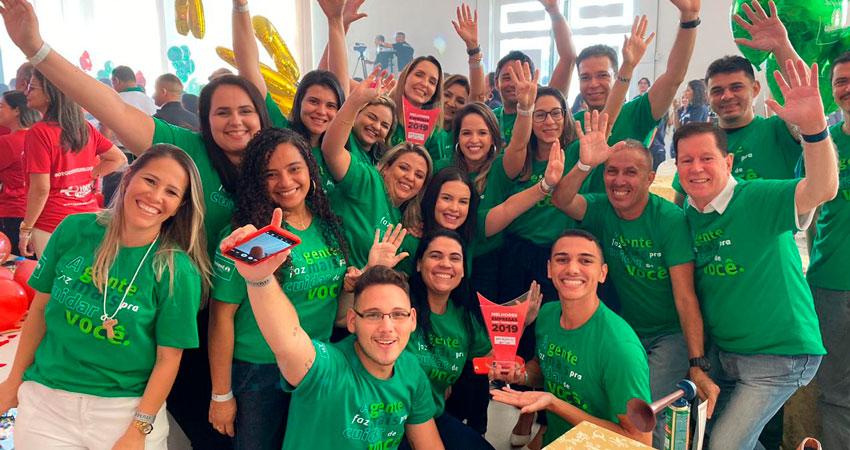 Colaboradores da Unimed Fortaleza comemorando a premiação GPTW 2019