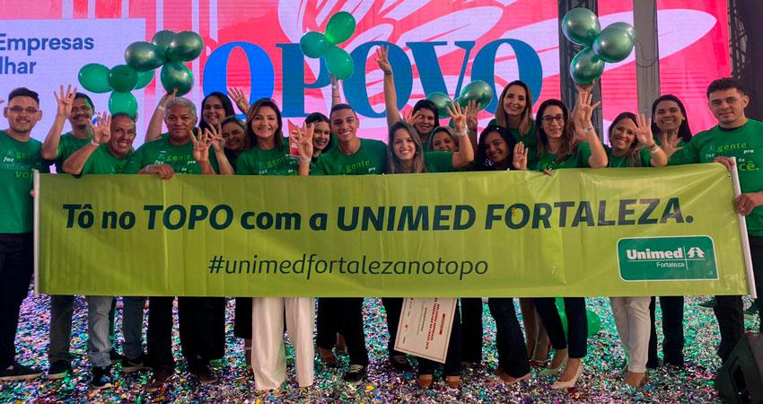Colaboradores da Unimed Fortaleza recebendo premiação do GPTW 2019