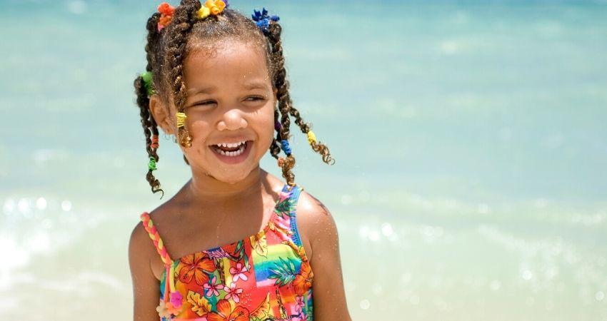 crianca-na-praia