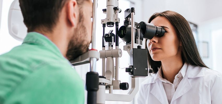 Médica oftalmologista analisando se o paciente está com conjuntivite