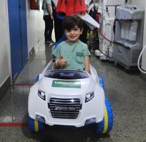 Criança em um carrinho de brinquedo no hospital
