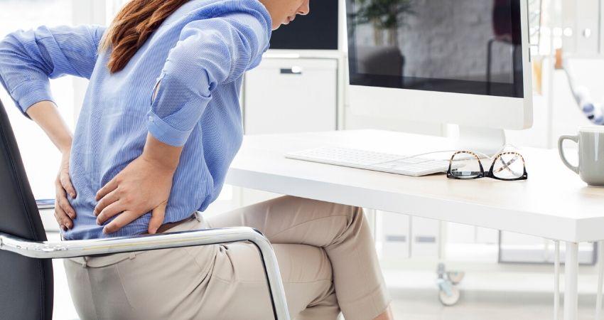 Mulher sentindo dores causadas pela lombalgia