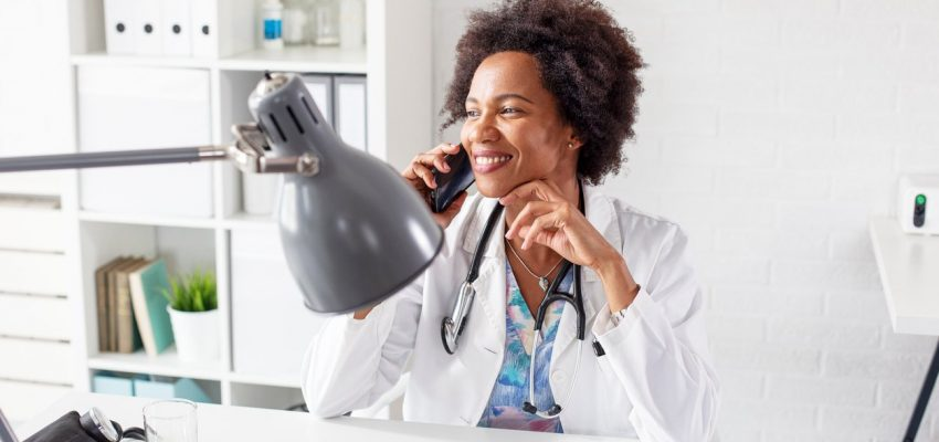 Médica falando ao celular
