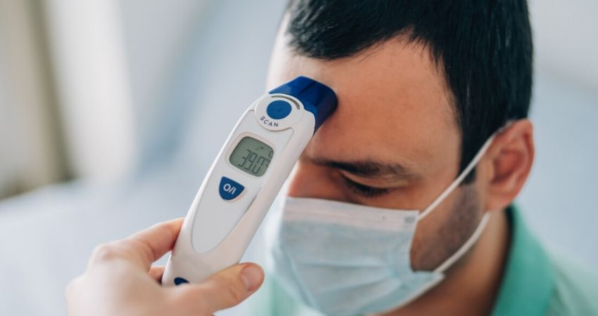 Homem medindo temperatura corporal