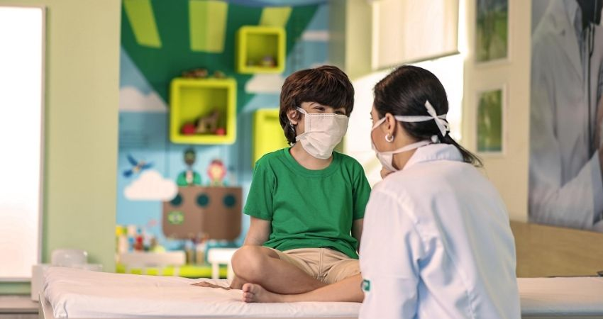 Criança recebendo assistencia medica em uma das unidades de atendimento pediatrico da Unimed Fortaleza