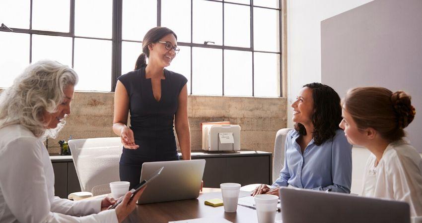 mulheres em reunião de negócios