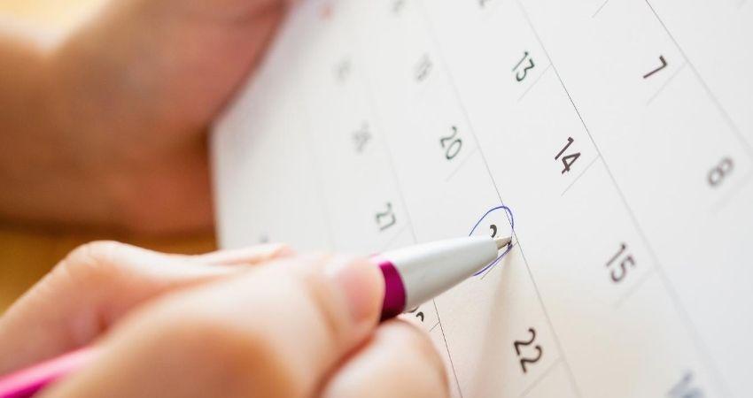 Mulher marcando calendario