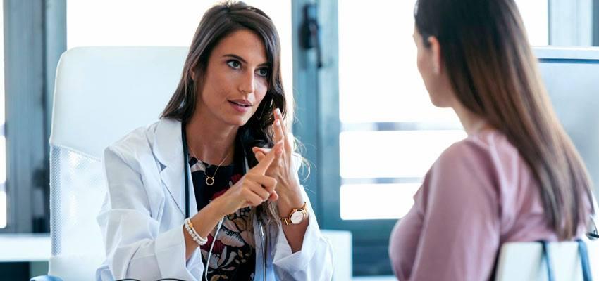 Paciente com candidíase em consulta com médica ginecologista