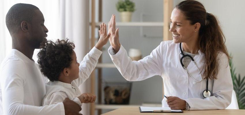 pai e filhos atendidos no modelo de saúde integral
