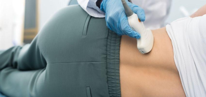 Médico examinando pedras nos rins de paciente