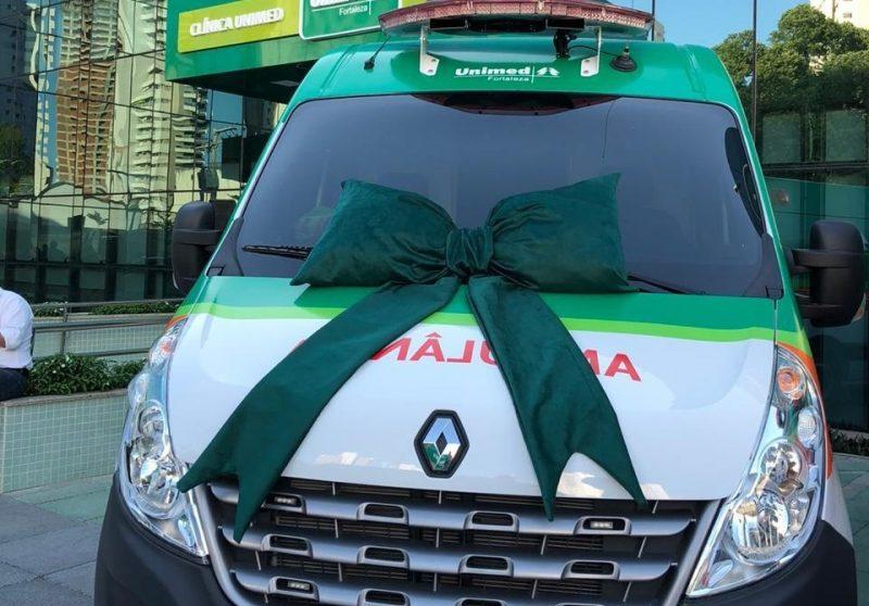 Nova ambulância da Unimed Urgente com um laço de inauguração