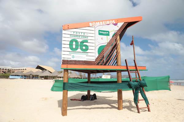 Corpo de Bombeiros e Unimed Fortaleza entregam primeiro lote de postos guarda-vidas na Praia do Futuro
