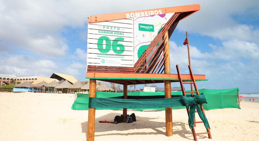 Foto do posto guarda-vida do Corpo de Bombeiros em parceria com a Unimed Fortaleza na Praia do Futuro