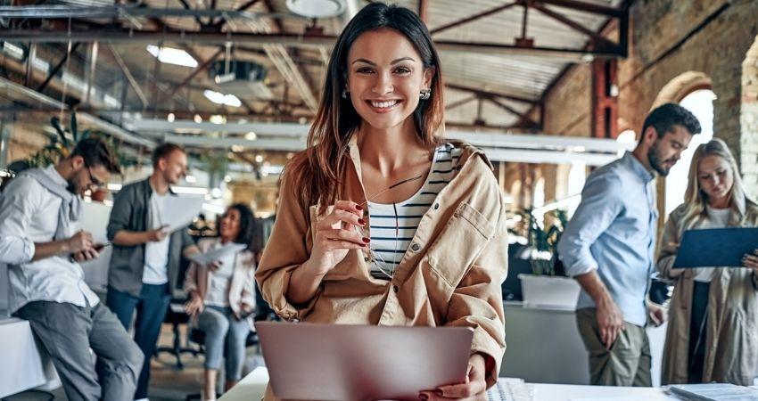 Jovem empresária sorrindo