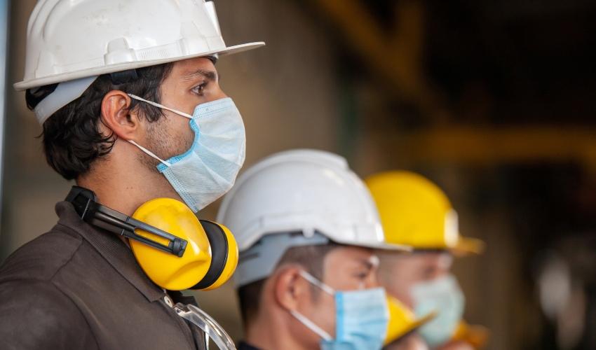 Colaboradores utilizando protecao para prevenir acidentes de trabalho