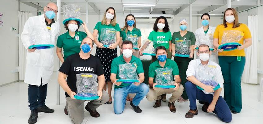 Médicos com capacete elmo no Hospital de campanha