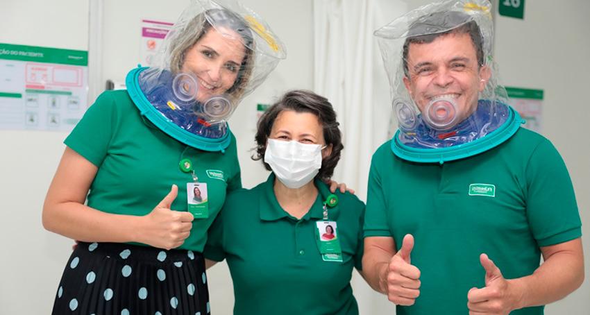 Médicos usando capacete elmo ao lado de fisioterapeuta
