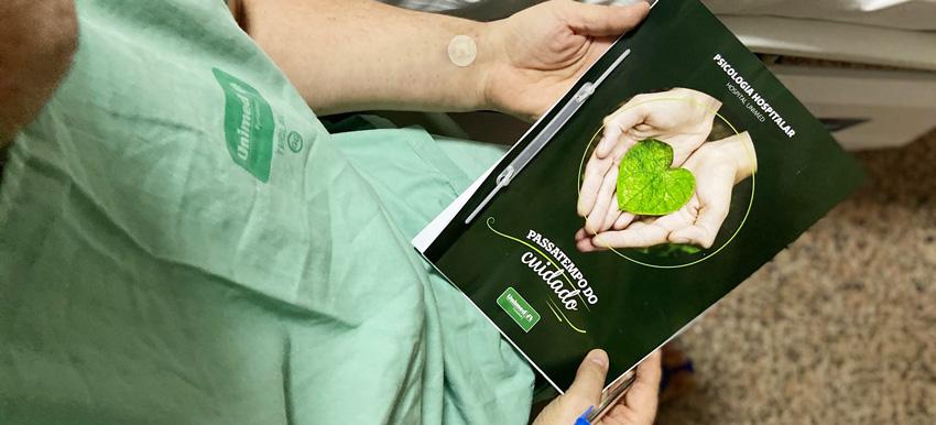 Paciente segurando o passatempo do cuidado