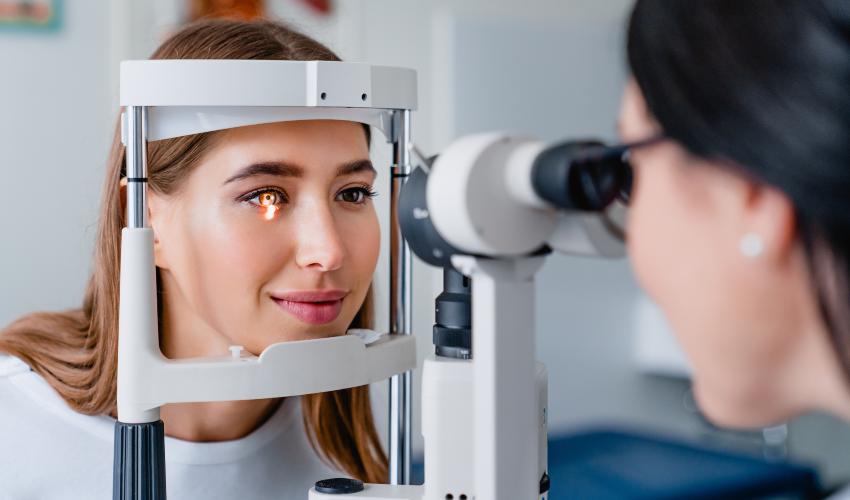 Mulher em consulta com oftalmologista para prevenir doencas oculares