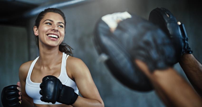 mulher-praticando-luta