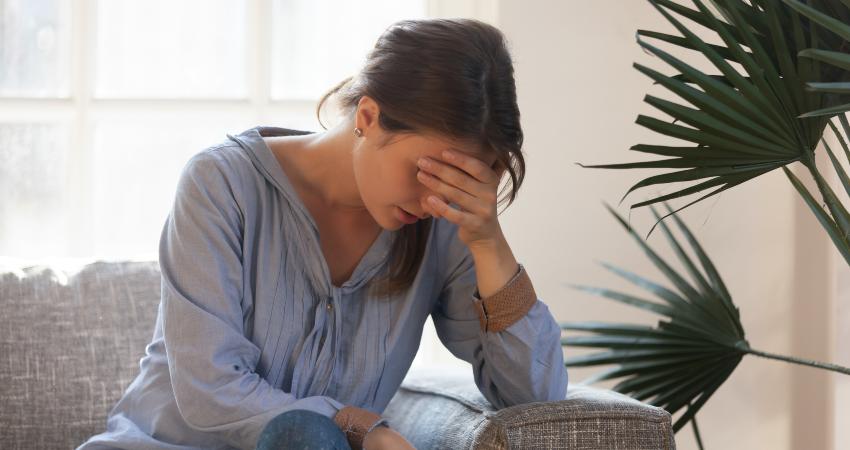 Mulher com sintoma falta de vitamina b12