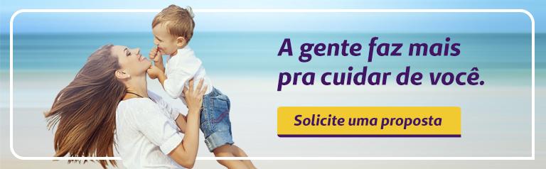 Imagem com uma mulher e um menino na praia. Essa imagem leva para o site de vendas do plano de saúde Unimed Fortaleza
