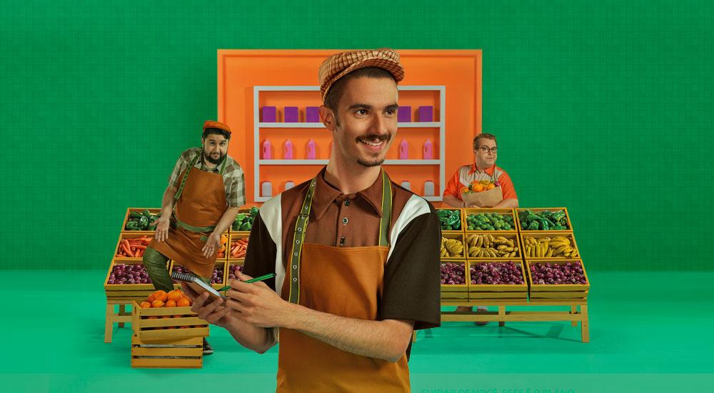 Imagem tres pessoas trabalhando no mercadinho e contentes por terem o plano de saúde empresarial da Unimed Fortaleza
